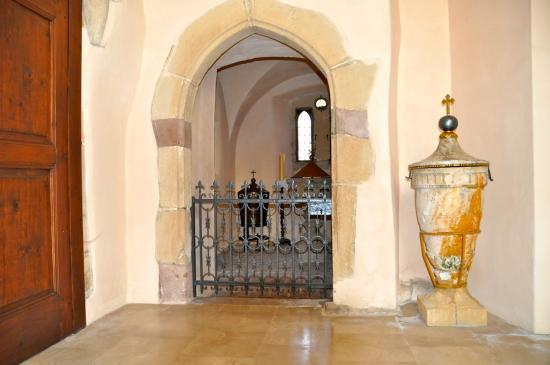 Baptistère de 1717 dans le  chœur de l'ancienne église romane