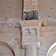 Ce chapiteau à niche est unique en saintonge romane