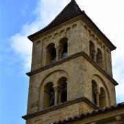 Clocher carré à 2 étages de baies géminées avec des colonnettes sculptées