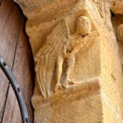 Corbeau à droite du portail : une sirène pr^te à s'envoler