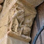 Corbeau à gauche du portail : un ange armé combat un dragon