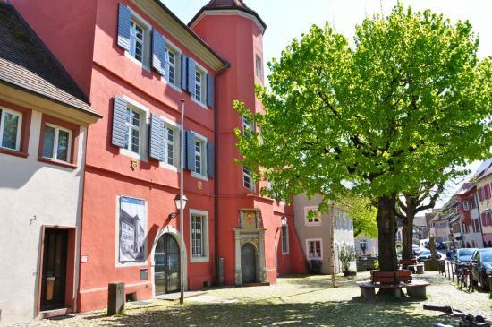 ... est la mairie actuelle de Burkheim...