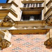 Fenêtre à meneaux et bestiaire fantastique