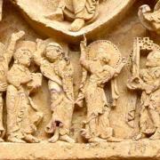 Gros plan du linteau représentant les douze apôtres et la Vierge