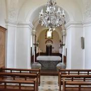 L'autel en granite et la nef vus depuis l'autel de l'église primitive.