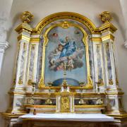 L'autel est de style roccoco avec ses dorures et faux marbre.