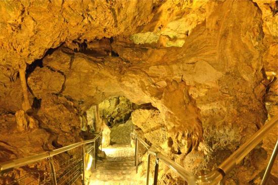 La grotte préhistorique s'enfonce jusqu'au niveau de la mer