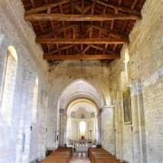 La nef et son plafond charpenté vus depuis le portail d'entrée