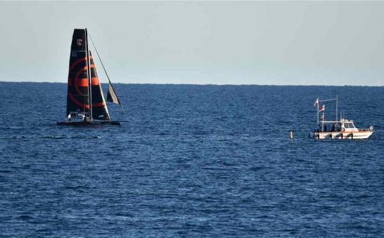 Le bateau suisse et la direction de course