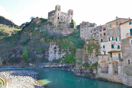 Le château des Doria bâti au XII°s contrôlait la vallée de la Nervia
