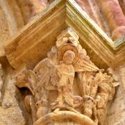 Le chapiteau à droite du portail représente l'Archange Gabriel