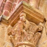 Le chapiteau à gauche du portail représente un guerrier se protégeant avec son bouclier