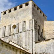 Le clocher-donjon a été en partie abbatu pendant la guerre de Cent Ans