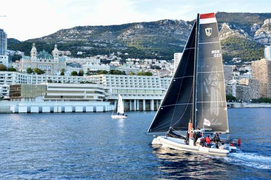 """Le """"Malizia"""" au fond le casino de Monte-Carlo"""