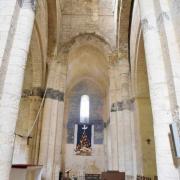 ..le transept sud. La bande noire est une litre funéraire pour le seigneur de Mornac