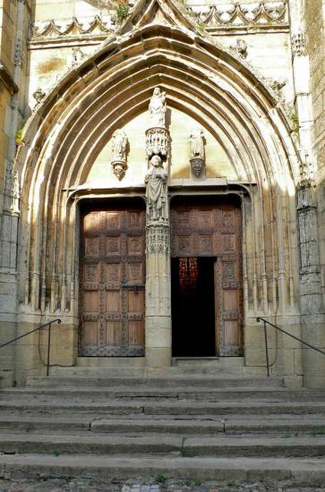 Les portes en chêne du portail sont classées