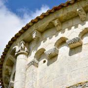 Modillons de la corniche sud du chevet. Les arcatudes sont sans colonnes