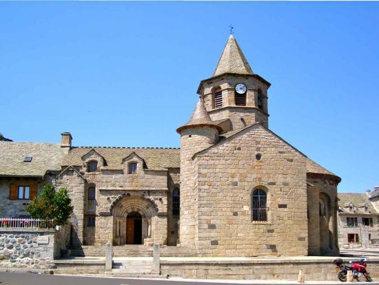 Nasbinals, l'église Ste Marie date du XII° siècle de pur style roman auvergnat