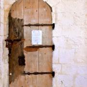 Porte d'accès au clocher fortifié  interdit par arrêté municipal