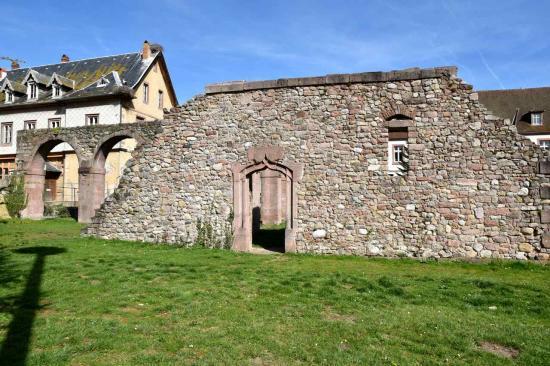 Porte gothique du XVI° s donnant accès au dortoir des moines