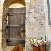 Porte nord datant du XI° siècle, aujourd'hui murée,  et un bénitier