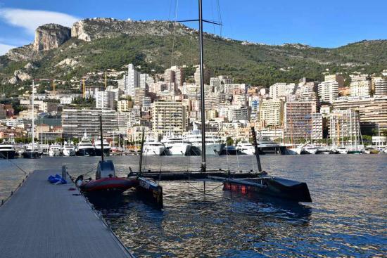 """Un catamaran de course CG32. Au fond, la montagne """"tête de chien"""""""
