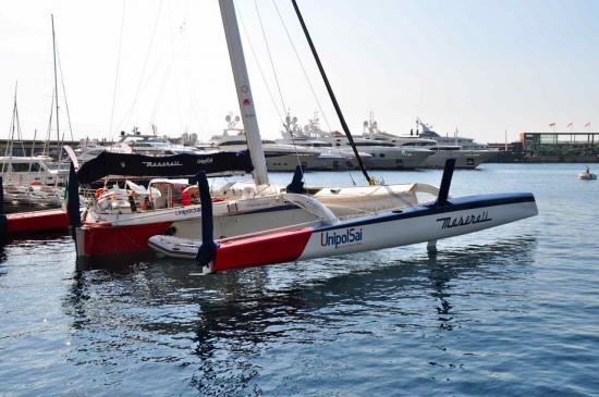 """""""Un Maserati Multi 70"""" au milieu des yachts du port Hecule"""